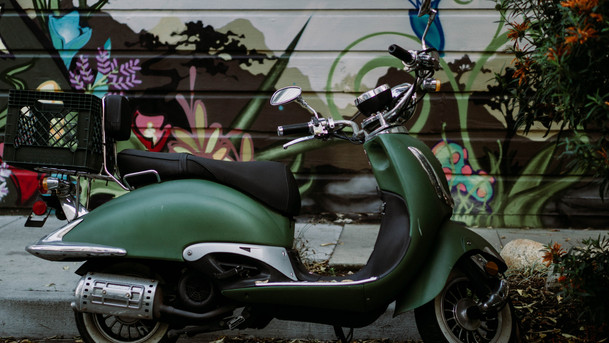 Grüner Motorroller
