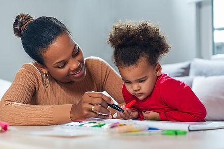 Femme et enfant coloriant