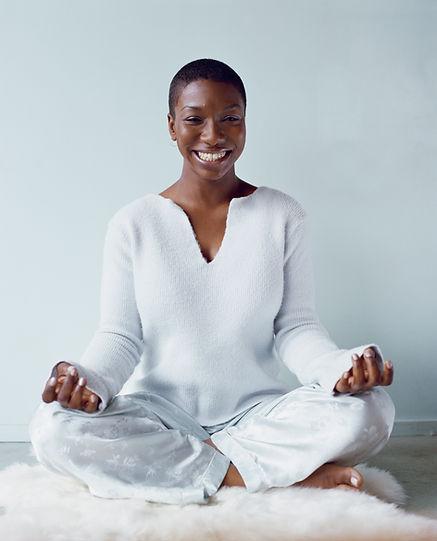 Mulher Meditando muito feliz