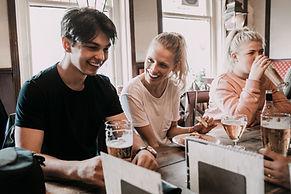 Amis ayant des boissons