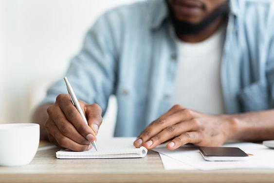 Homem escrevendo