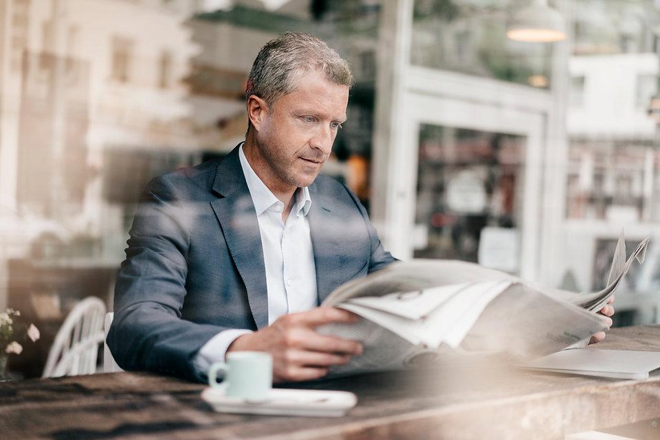 Mann beim Zeitunglesen