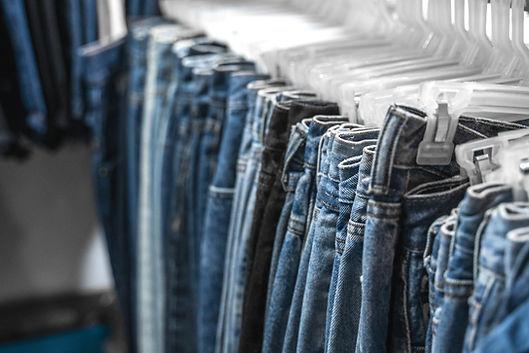 Jeans em um Rack