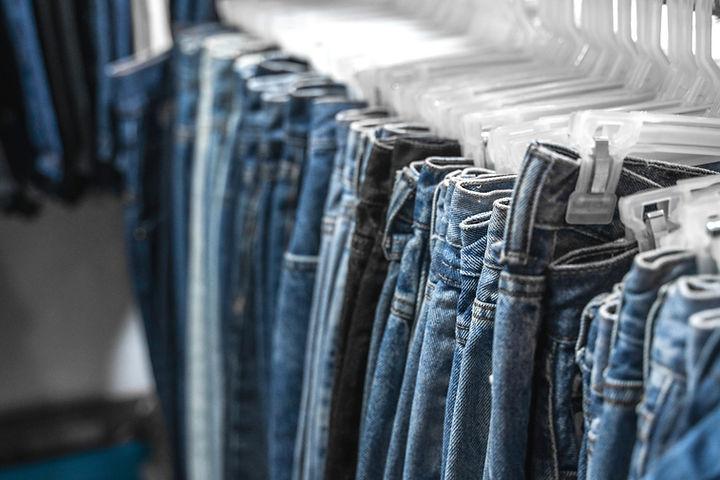 Jeans sur un rack