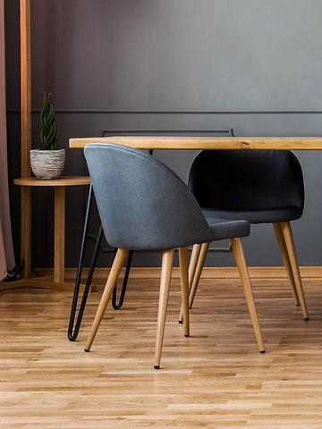 Серые стулья