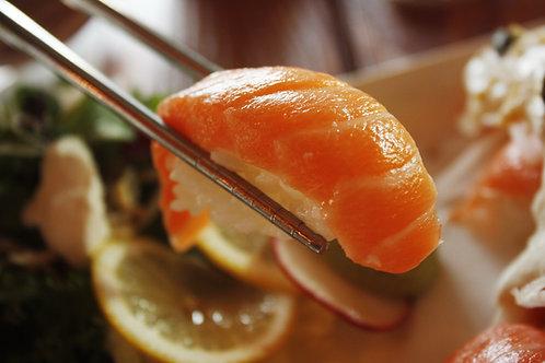 Plateau 18 pièces : california rolls, makis et sushis