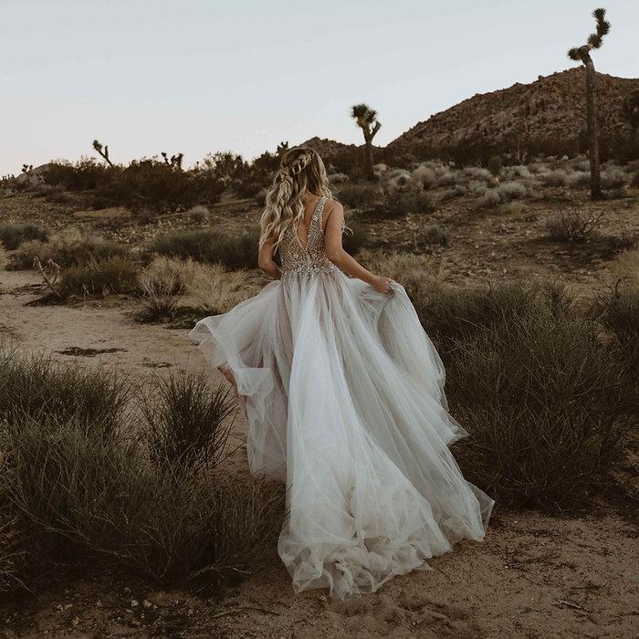 Mariée courir dans le désert