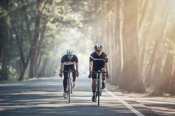 Zwei Freunde, die Fahrrad fahren