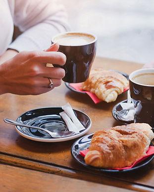Kaffee und Croissants
