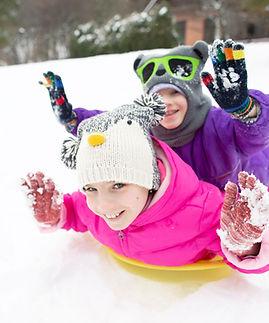 Enfants heureux traîneau dans la neige