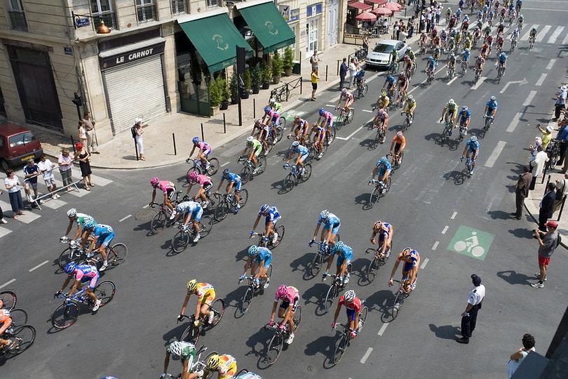 Course de cyclistes en ville