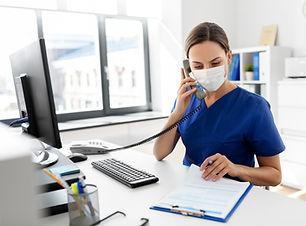 Verpleegster met beschermend masker
