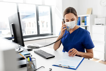 Enfermera con máscara protectora