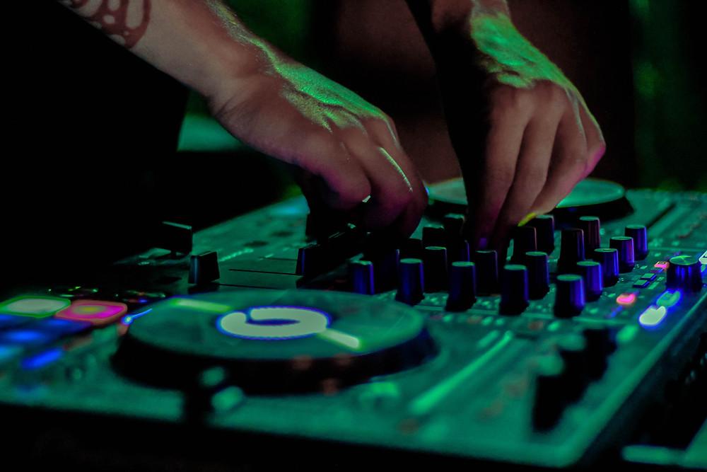 DJ mexendo no equipamento de som