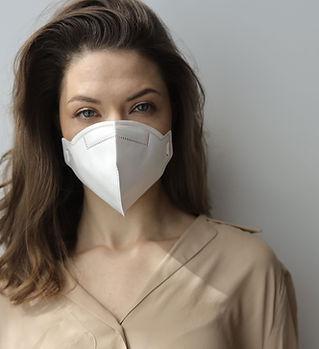 Kobieta z maską ochronną