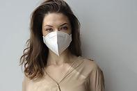 Mujer con máscara protectora