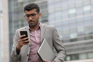 Homme affaires, à, téléphone portable