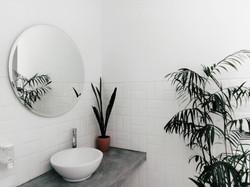 Rundes Waschbecken und Spiegel