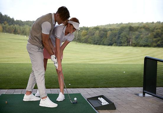 Pareja jugando al golf