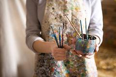 Kunstenaar met verfborstels