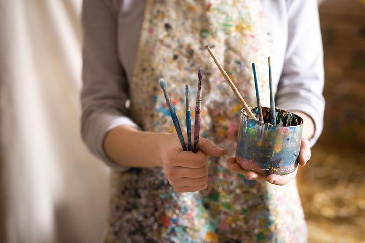 Artista con i pennelli