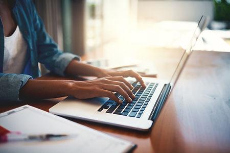 Persona escribiendo en la computadora