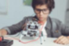 Chico con robot bricolaje