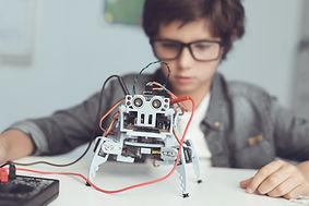 Garçon avec robot bricolage