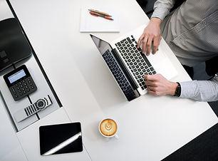 Hombre en computadora