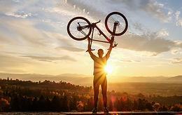 Homme soulevant un vélo