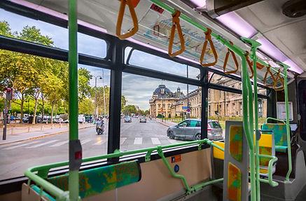 Bus traversant la ville