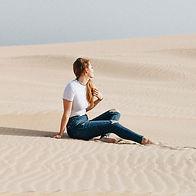Fille posant dans les dunes de sable