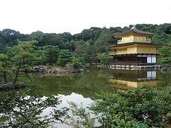 湖面に映る金閣寺