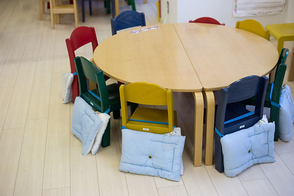 幼稚園のテーブル