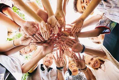 Hand hög med lycklig grupp