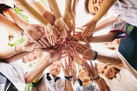 Tas de main du groupe heureux