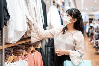Frau im Bekleidungsgeschäft
