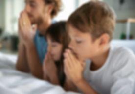 Família rezando
