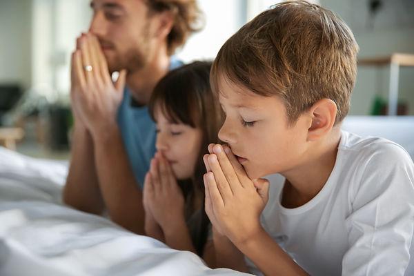 Familia rezando