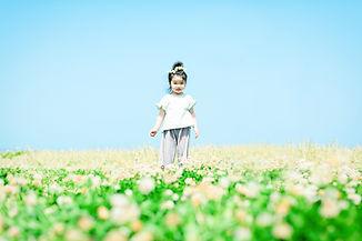 女の子と草原