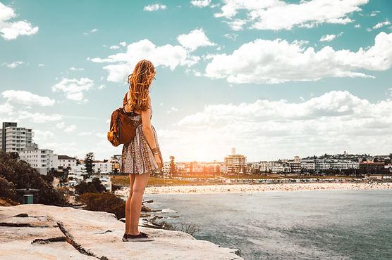 Frau, die Strand betrachtet