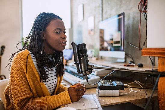 Une jeune femme parlant à la radio