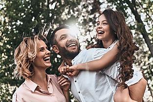 Família feliz na floresta