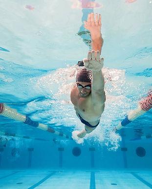 Nageur dans une piscine