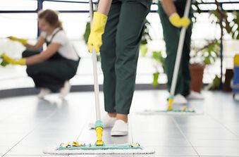 Уборка помещения сотрудниками компании