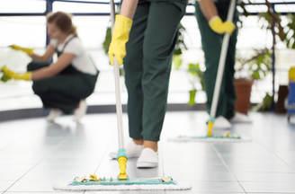 Limpiando el suelo