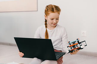 DIYロボットを持つ少女