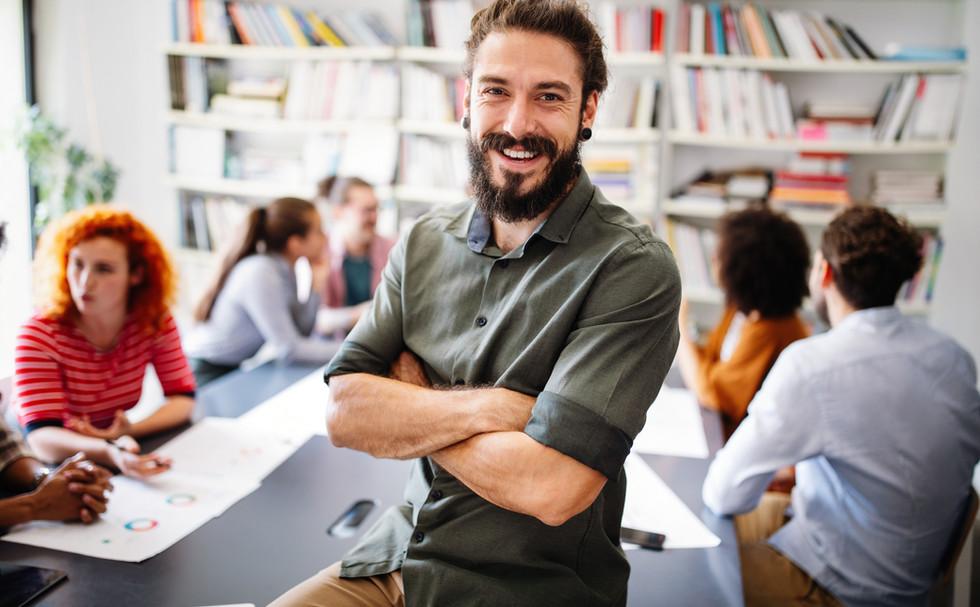 Homem e colegas em reunião