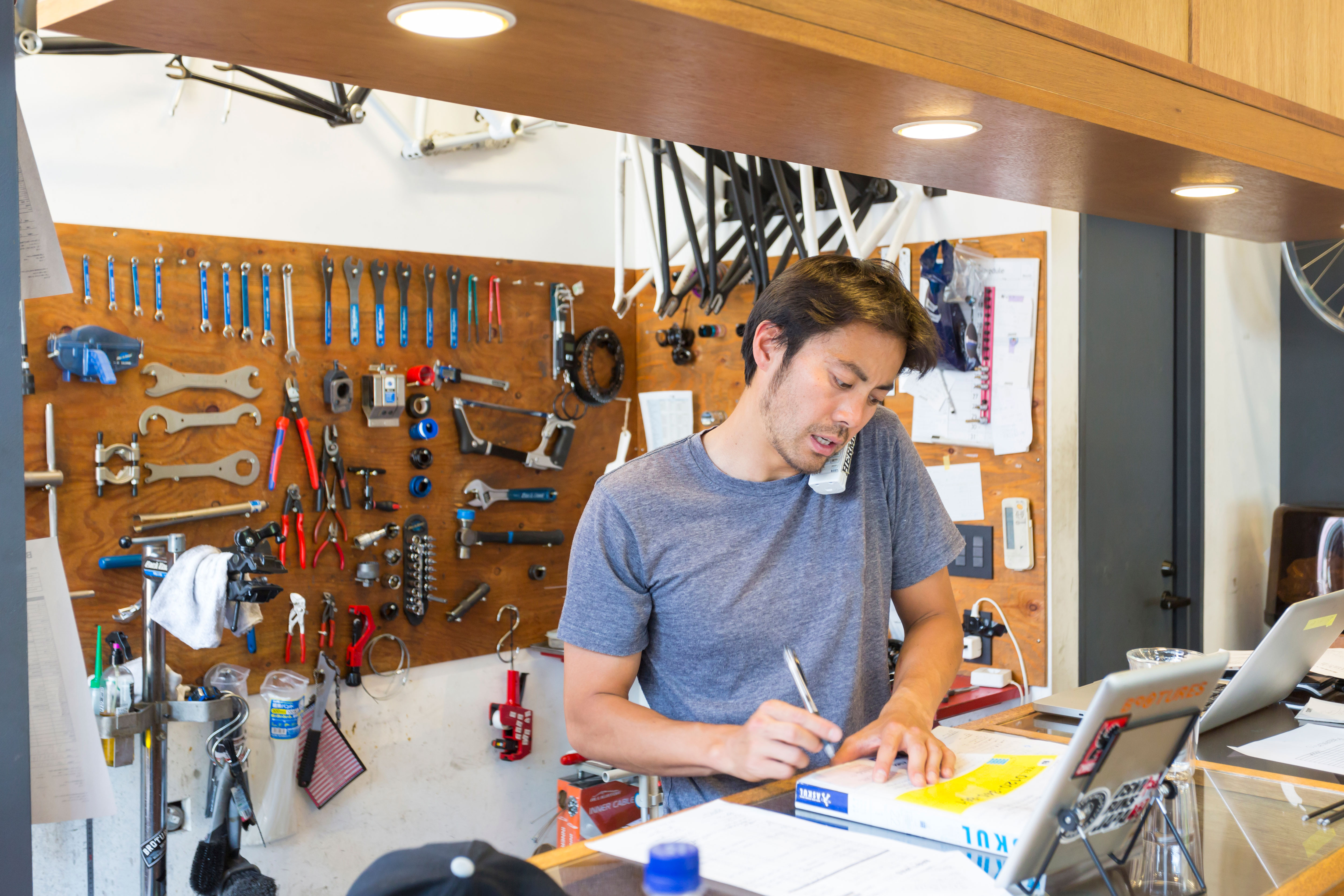 バイク整備店