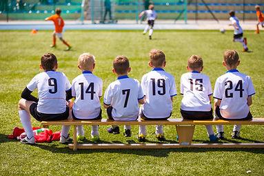 ベンチの若いサッカー選手
